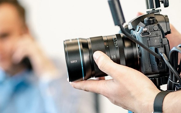 Sirui f/1.8 1.33x с камерой Panasonic