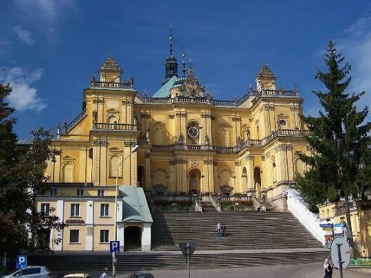 Podczas podróży w Góry Stołowe można się zatrzymać w Wambierzycach, gdzie znajduje się okazała bazylika.