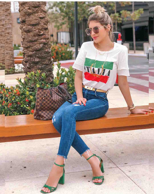 Calça jeans, tshirt e salto alto