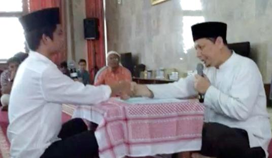 Subhanallah, Selalu Nyaman Ketika Mendengar Adzan, Penyanyi Tampan Ini Akhirnya Masuk Islam