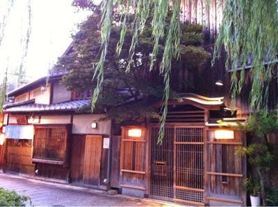 la facciata di una splendida machiya