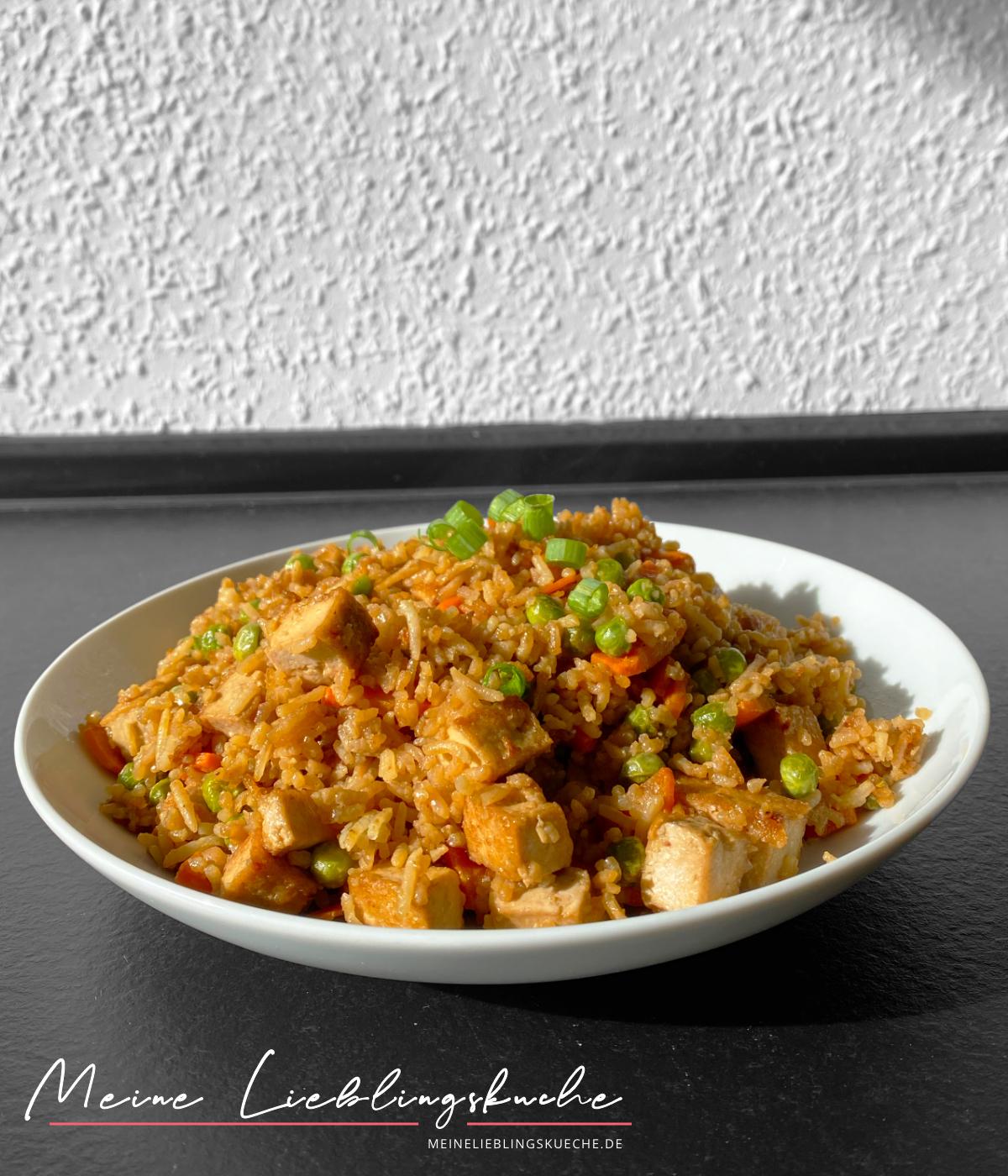 veganer gebratener Reis mit knusprigem Tofu und Gemüse