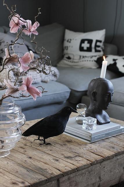 annelies design, webbutik, webshop, nätbutik, dekoration, inspiration, vardagsrum, vardagsrummet, kråka, svart fågel, fåglar, timglas, ansikte, ljusstake, kuddfodral, kuddar, fjäderblomma, fjäderblommor, vako, vas,
