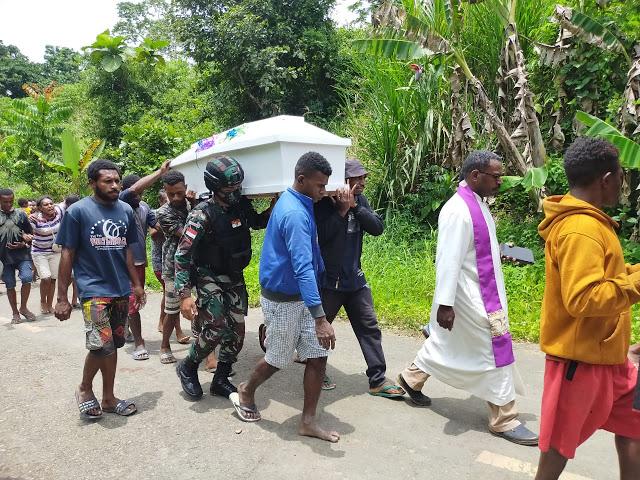 TNI Bantu Pemakaman Masyarakat yang Meninggal di Perbatasan