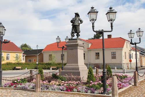 Pietari Braahen patsas on Raahen keskusta