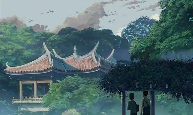 imagem retangular em animação detalhada mostrando um grande jardim com uma construção em arquitetura tradicional japonesa cercada por árvores. Próximo da câmera, está um homem e uma mulher parados debaixo de um pequeno telheiro coberto de plantas enquanto observam a construção.