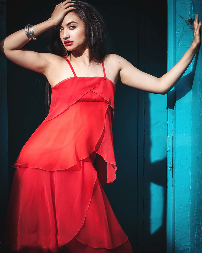 Diamond Langi cewek manis in sexy red dress