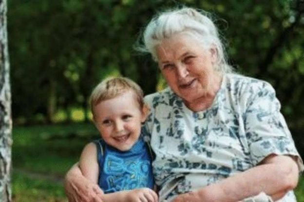 Мальчик рос с бабушкой, матери своей не знал. Питались они на маленькую пенсию старушки
