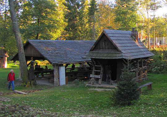 Kuźnia z końca XIX wieku, a obok niej wiata.