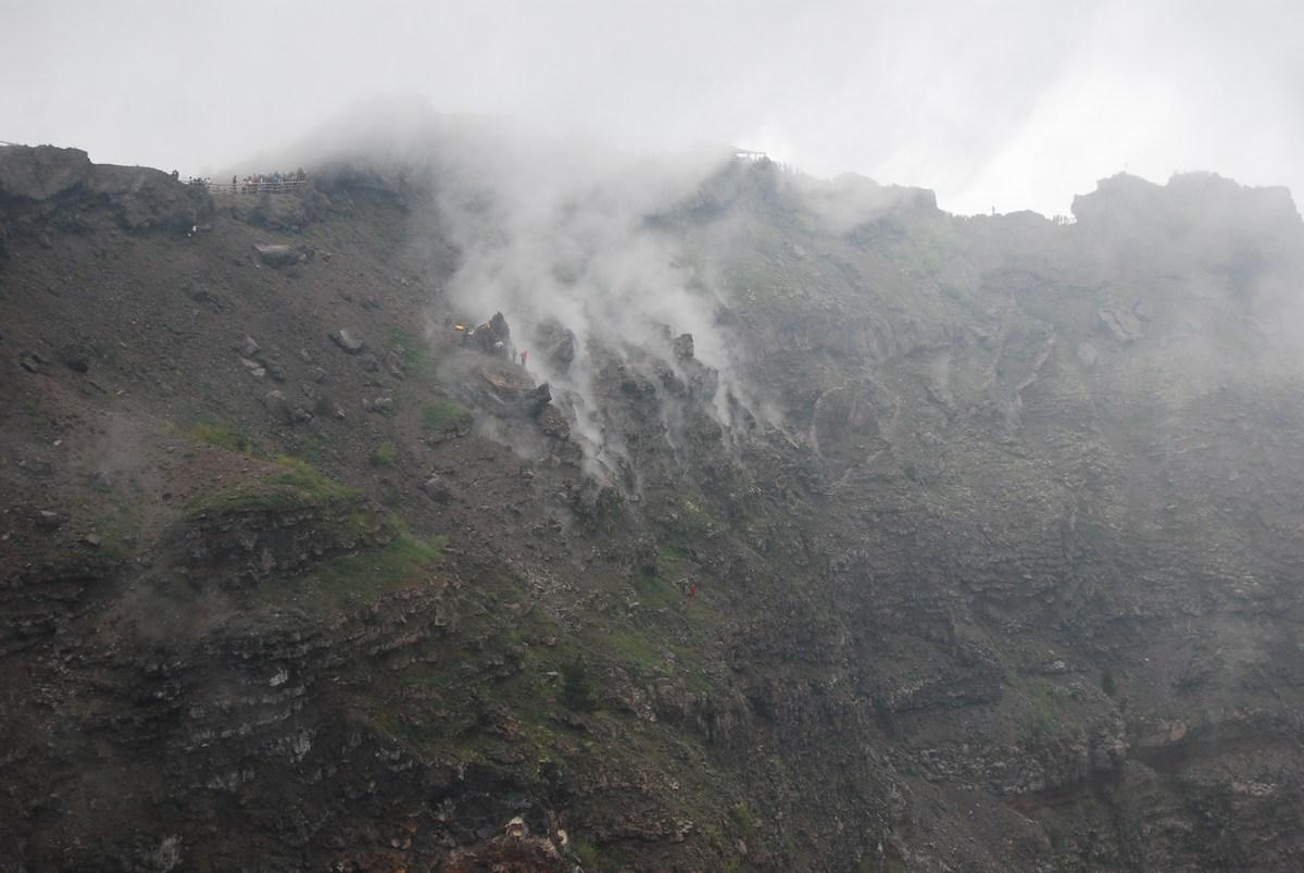 des fumerolles actives au sommet Vésuve