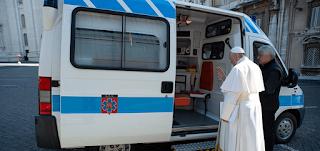 البابا فرنسيس يخصص سيارة إسعاف لرعاية المشردين والفقراء في روما