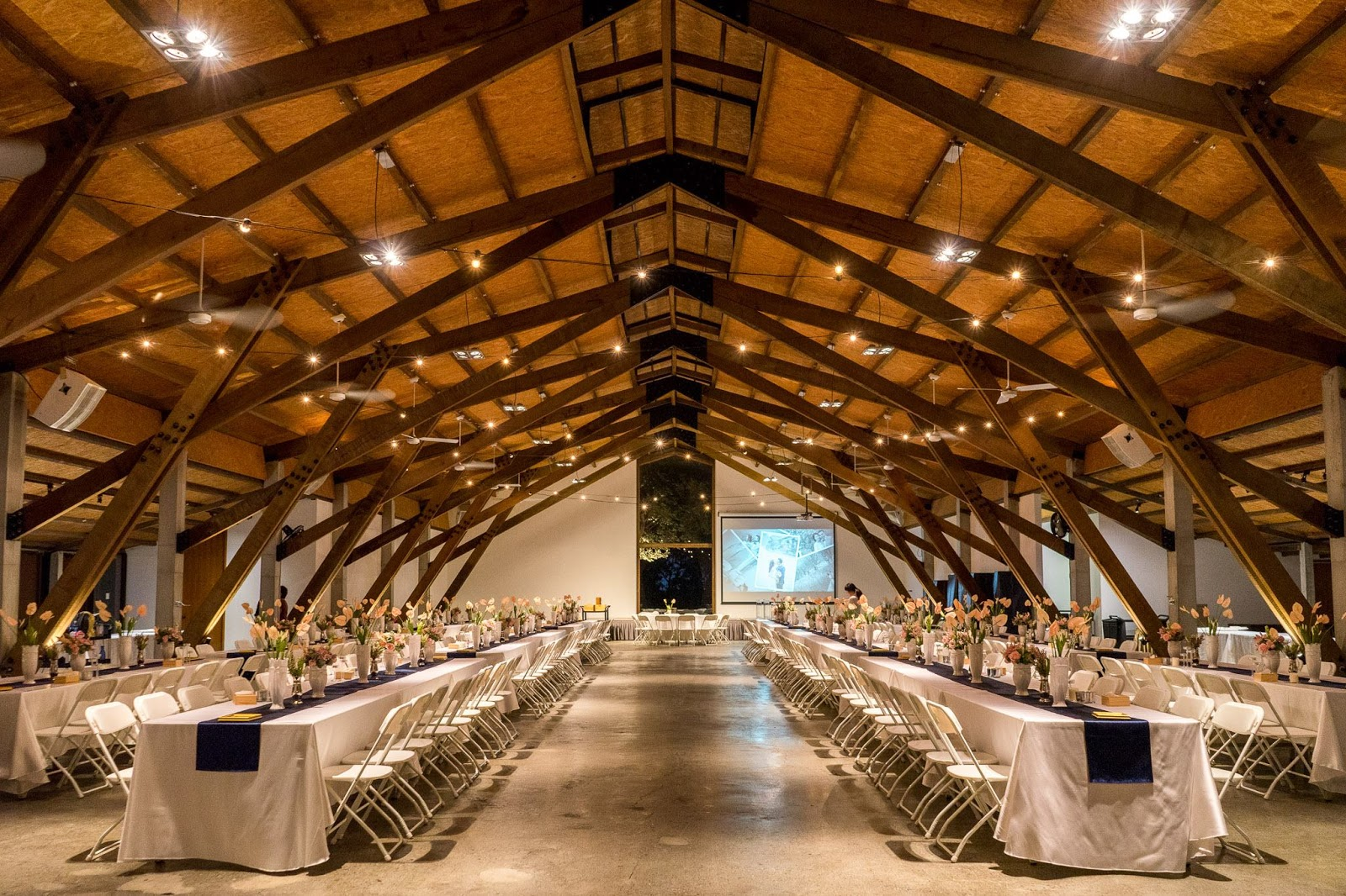 顏氏牧場以木造與紅磚打造而成,非常簡約大氣自然的宴會區