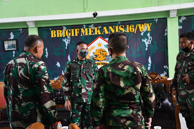 "Kediri - Danrem 082 / CPYJ Kolonel Inf M. Dariyanto didampingi Kasilogrem dan Kasiopsrem 082/ CPYJ meninjau tempat latihan perserta Komcad di Batalyon 521/ Gagaha Yudha dan Brigif 16/ Wirayudha di Kediri, Selasa (11/8/2020).  Dalam waktu dekat ini akan dibuka pendaftaran peserta Komponen Cadangan secara sukarela dengan persyaratan usia antara 18 - 35 tahun, sedangkan persyaratan lain akan disampaikan  pada saat pendaftaran.  Komponen Cadangan ini akan diberikan latihan Dasar Militer selama 3 bln, sedangkan medan latihan di Batalyon yang berada di wilayah Korem masing-masing.  Dalam kunjungannya Danrem menyampaikan "" Disamping  silaturahmi ke Danbrig 16 dan Danyon 521, saya juga ingin melihat kesiapan Medan latihan, kamar mandi, kamar tidur dan juga ruang makan, karena kita tahu Komcad ini bukan masyarakat yg dibentuk untuk menjadi prajurit, akan tetapi mereka mengikuti  latihan dasar militer untuk dijadikan komponen cadangan dimana mereka dibentuk fisik dan mental agar mereka juga ikut andil dalam menjaga keutuhan NKRI, dimana komponen utama dalam pertahankan keamanan  NKRI adalah TNI.""   Danrem juga mengatakan "" Komponen Cadangan ini merupakan  masyarakat indonesia yang berusia 18 s/d 35 tahun dan nantinya akan di seleksi sesuai dengan ketentuan, untuk  yang terpanggil  akan  mengikuti pelatihan dasar militer dan tergabung dalam komponen cadangan serta ikut  dalam  mempertahankan keutuhan NKRI apabila Negara membutuhkan sehingga mereka yang mengikuti Komcad ini tidak boleh diberhentikan dari pekerjaannya,"" ungkap Danrem. (Jayak)"