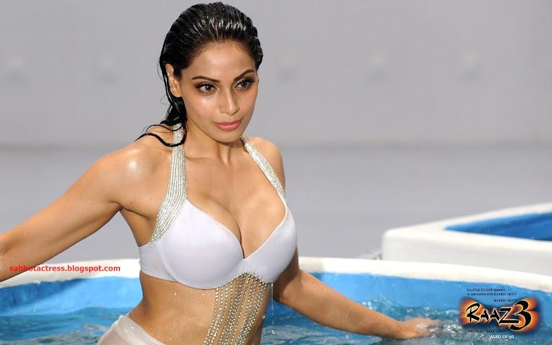 Bipasha Basu Hot And Sexy Huge Cleavage Show In Bikini -6263