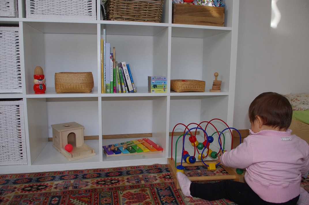 Scoprire montessori lo scaffale dei giochi a 11 mesi for Scaffali cameretta