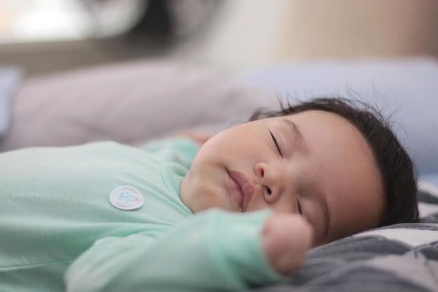 8 حيل لتهدئة مغص الرضيع  3_4 شهر
