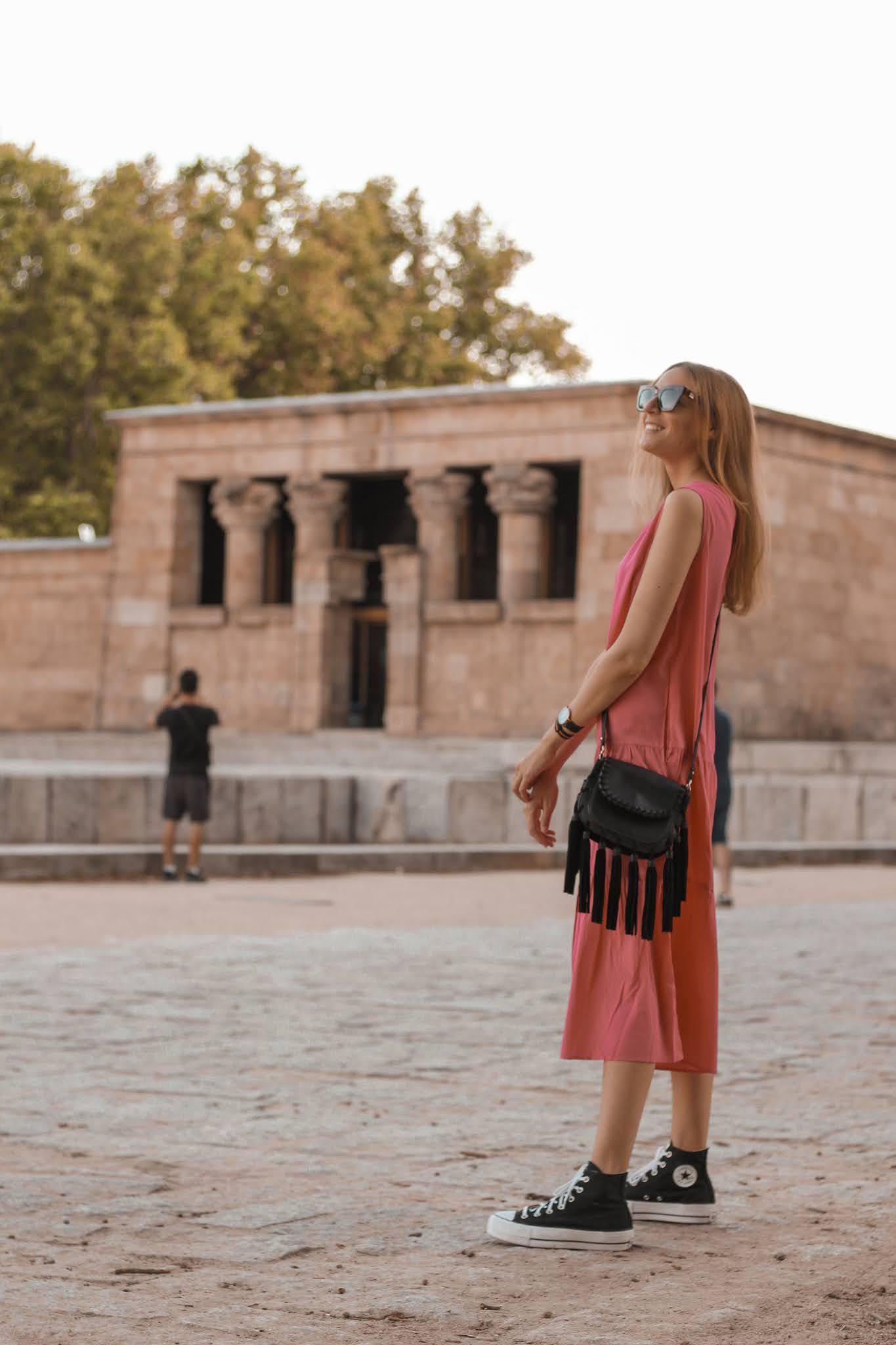 vestido-largo-rosa-venca-converse-negras-all-star-bolso-flecos