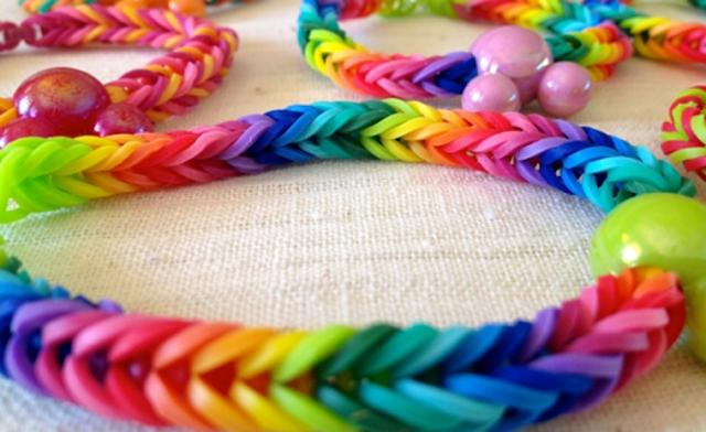 6dd9a2422 Hace ya un tiempo que llegaron las pulseras de gomitas al mundo de las  manualidades. Estas son también denominadas Rainbow Loom, objeto de  plástico que en ...