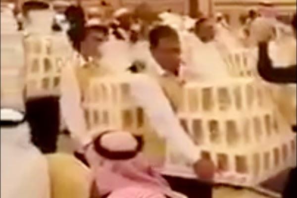 VIDEO:  En boda árabe regalan como recuerdos iPhones 8 y collares de diamantes