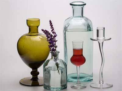 dengan pemanasan, botol-botol kaca bekas dapat dibentuk ulang sehingga menjadi lebih unik