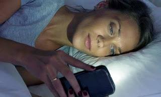 Bermain smartphone sambil tiduran