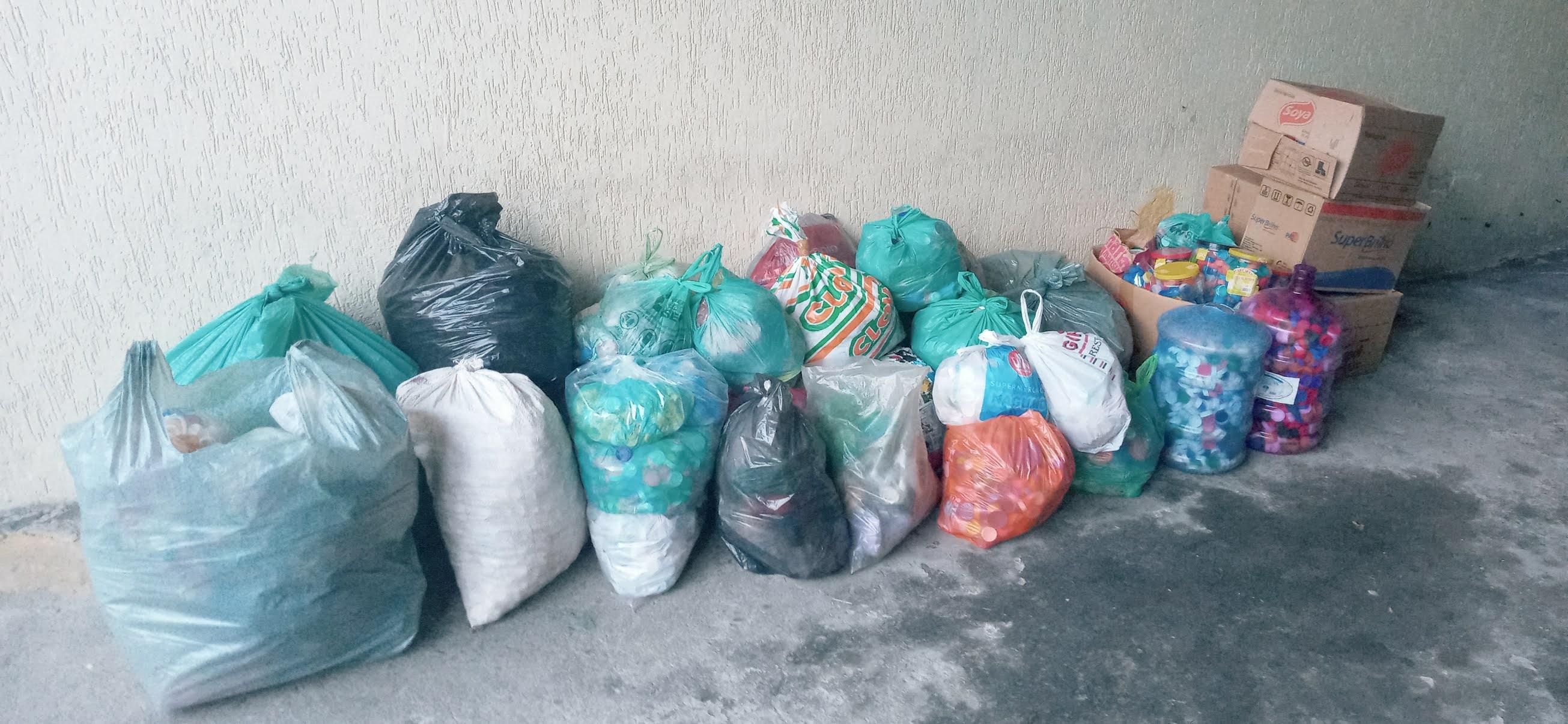 Retirada de tampinhas plásticas na sede do Seja Hoje Diferente pelo GUAPA
