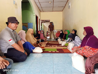 Warga Desa Tanjung Kubah Menerima Bantuan Beras