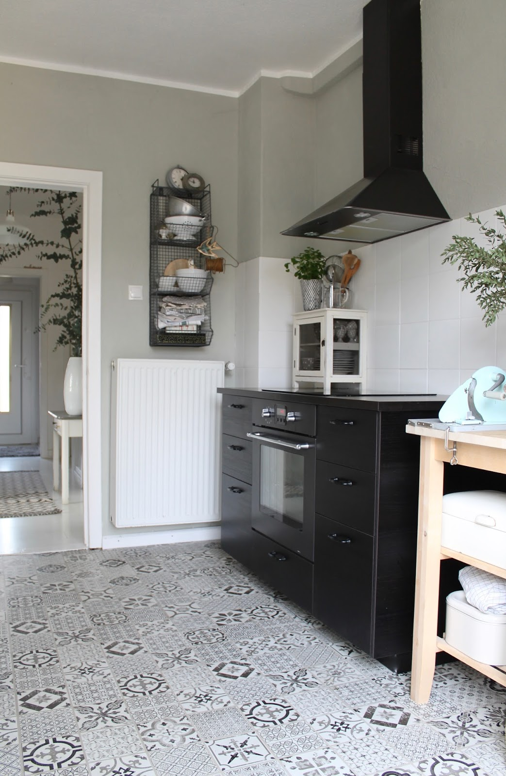 neuer Küchenboden und nochmal das süße Schränkchen!