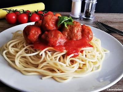 Albóndigas de carne y calabacín en salsa de tomate con espaguetis
