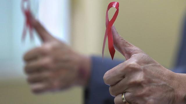 Η 1η Δεκεμβρίου έχει οριστεί ως η Παγκόσμια Ημέρα κατά του AIDS με στόχο την ευαισθητοποίηση γύρω από τον HIV και το AIDS για τη στήριξη των περίπου 37,9 εκατ. ανθρώπων που ζουν με τον ιό.