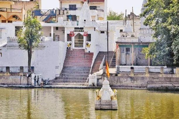 सदियों से तालाब के बीच डूबा है नागा साधुओं का मंदिर - newsonfloor.com