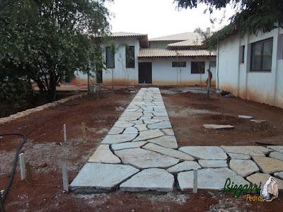 Execução do caminho com pedras no jardim com pedra Goiás tipo cacão assentado com juntas de 3 a 5 cm para colocação de grama.