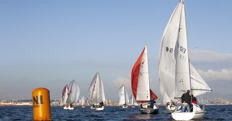 Una flotta di trenta imbarcazioni, Kokkaburra conduce la classifica del Campionato Meteor del Golfo di Napoli