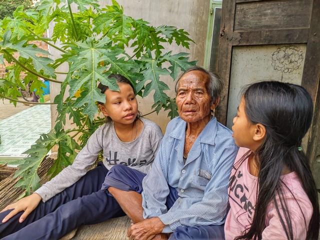 Nghệ nhân ưu tú A Tik ở làng Kon Rờ Bàng 1 (xã Vinh Quang, TP. Kon Tum)