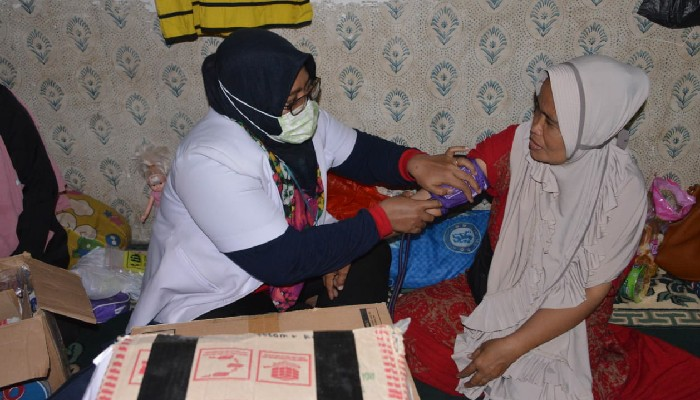 ke-masamba-tim-medis-asal-sinjai-lakukan-pemeriksaan-kesehatan-terhadap-pengungsi-korban-banjir