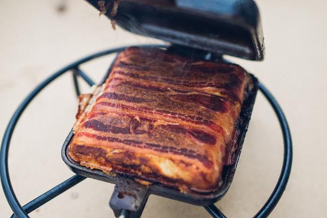 Pie-Iron  Sandwicheisen  Schinken-Käse-Sandwich mit Bacon  Sandwiches am Lagerfeuer  Outdoor-Kitchen 01