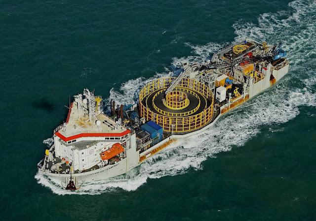 Um dos navios responsáveis pela cabeamento de fibra via oceano