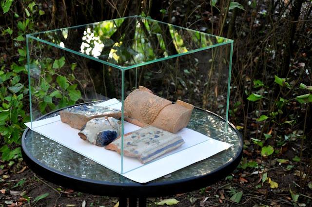 ceramiczne kafle z nowożytnego pieca w dworze Rogalińskich w Dzwonowie