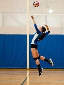 Saque con salto en el deporte voleibol