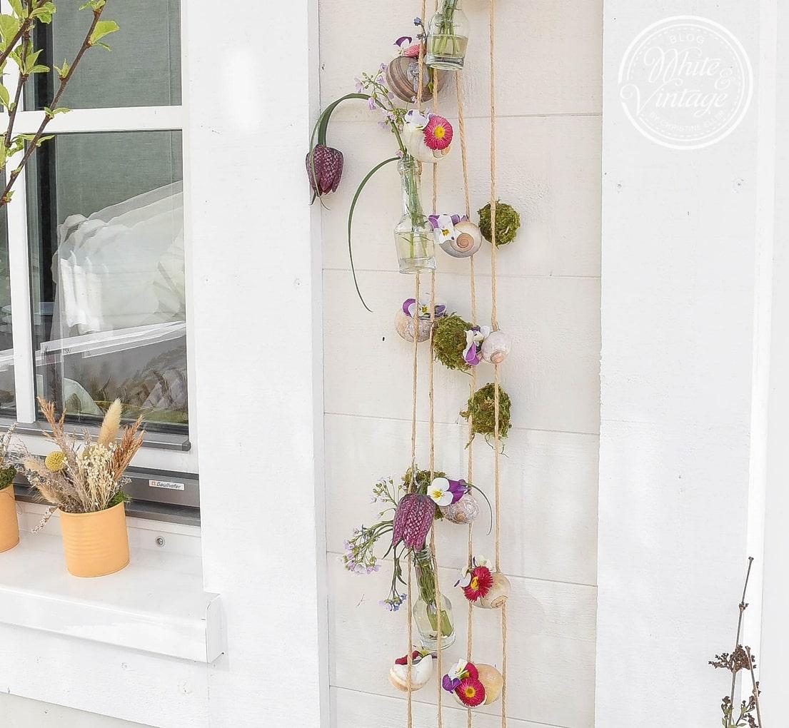Girlande aus Schneckenhäusern und Blumen selber machen.