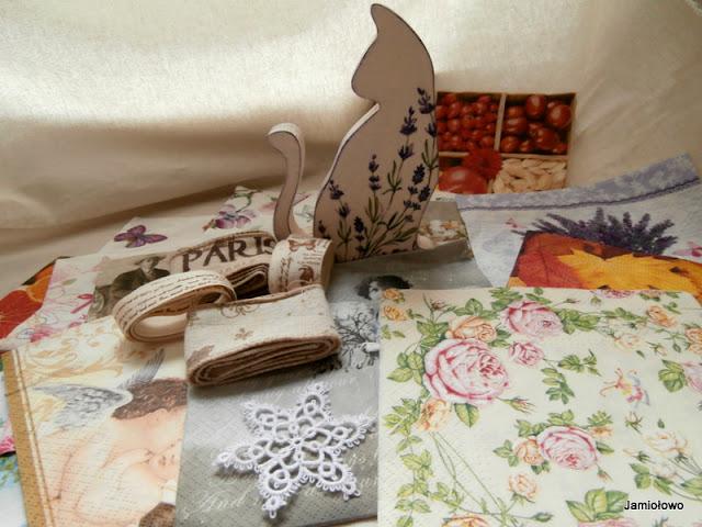 zestaw prezentów-kot, serwetki i wstążki