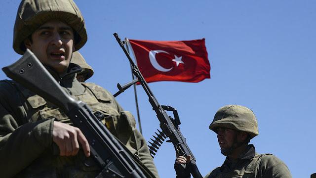 Turquía ordena cerrar más de 130 oficinas de medios de comunicación y despide a 2.400 militares