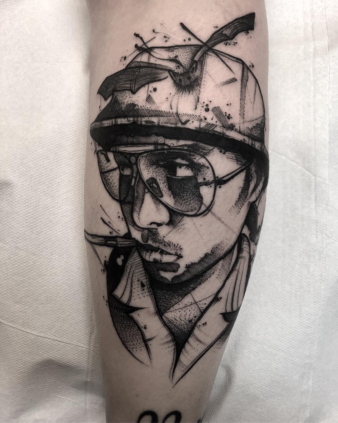 Vemos el tatuaje estilo boceto en blanco y negro