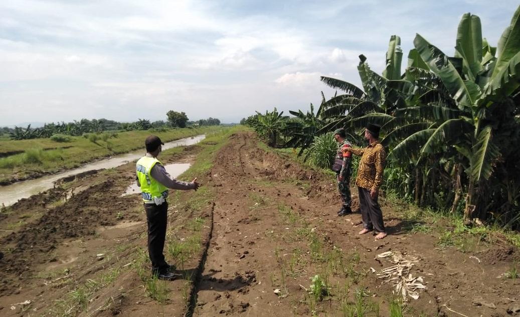 Antisipasi Bencana Banjir, Babinsa Mranggen Pantau Tanggul Sungai