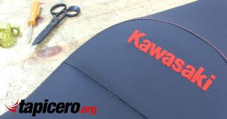 Bordado kawasaki en asiento de moto tapizado