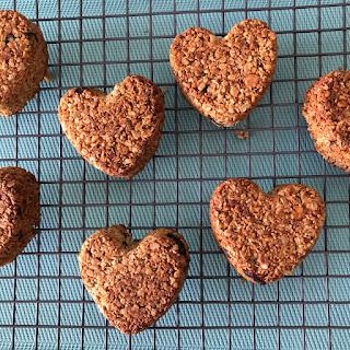 Coeurs de céréales aux noix de cajou et cranberries en refroidissement sur grille
