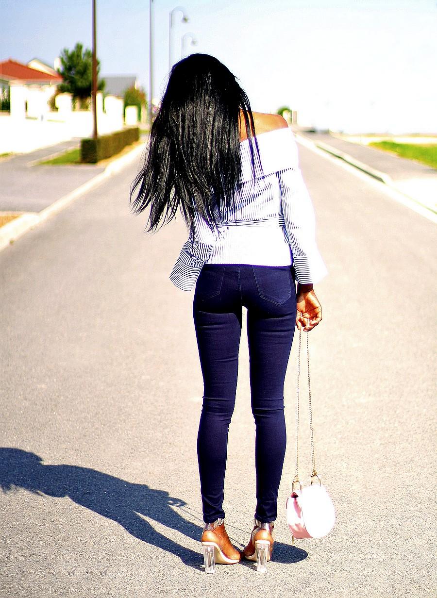 look-du-jour-jeans-slim-chemise-rayures-epaules-denudees-chloe-drew-bag-sandales-transparentes