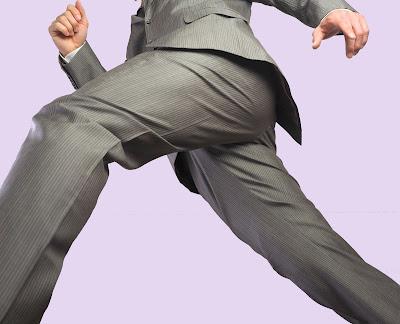 一歩を踏み出すスーツを着た男性