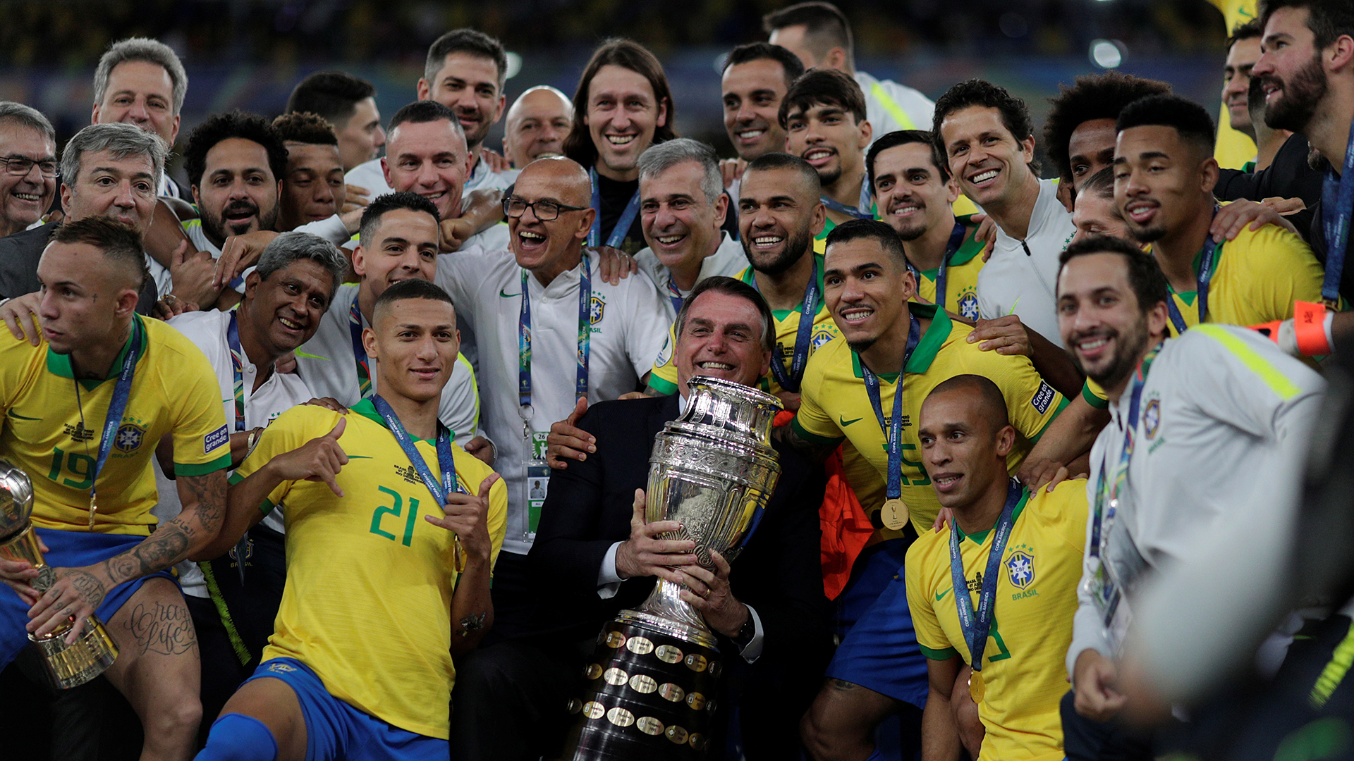 Bolsonaro pretende recuperar popularidad perdida con la Copa América de Brasil