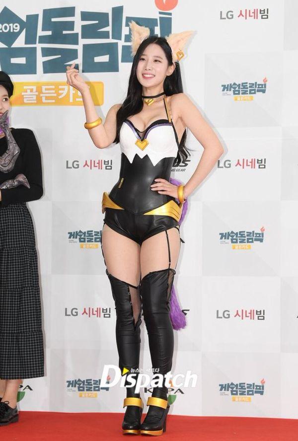 """Mặc đồ cosplay """"o ép"""" vòng 1 hở bạo vòng 3, Jo Hyun (Berry Good) khiến fan Hàn la ó"""